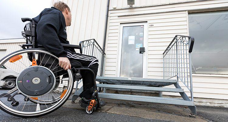 En man i rullstol.