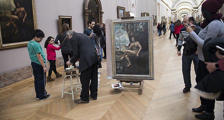 Folk på museet Louvren