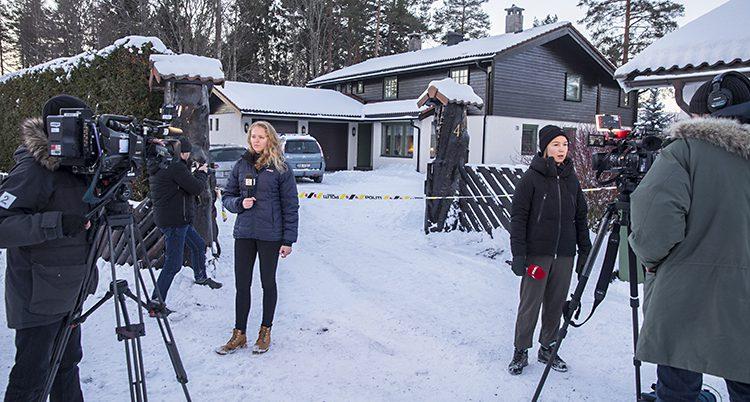 Journalister vid familjens hus.