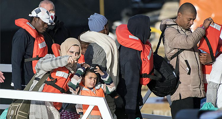 Flyktingar får gå i land.