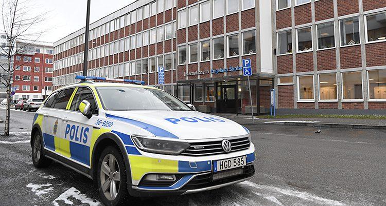 Poliser vid skolan i Tyresö.