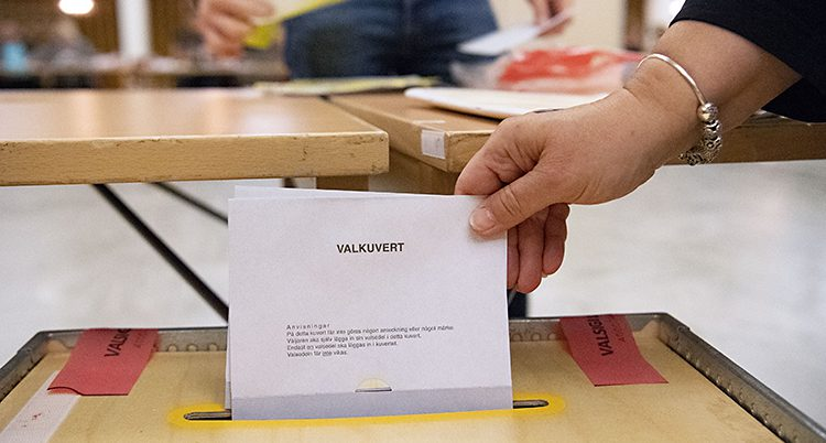 En person röstar i Sverige.