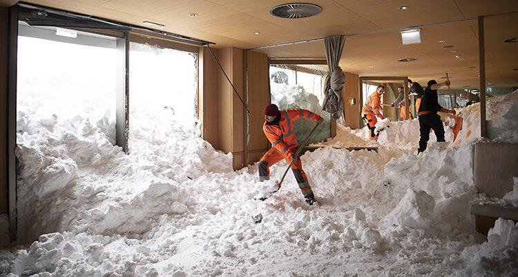 Snön rasade rakt in i hotellet