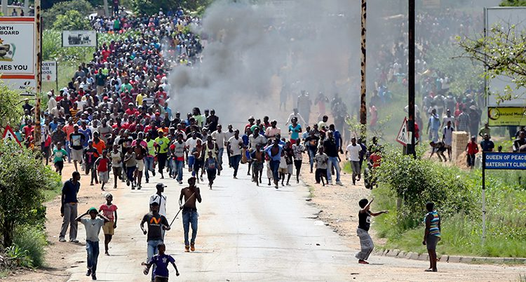 Folk samlas för att protestera.