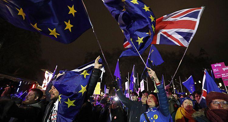 Britter firar att politikerna röstade nej