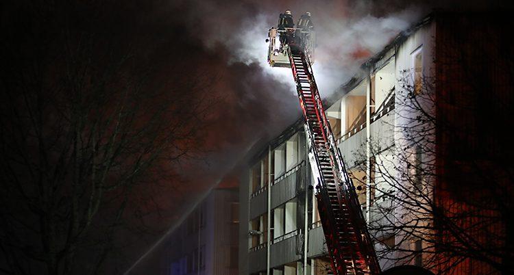 Brandmän försöker släcka elden