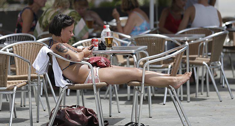 En turist i Barcelona i Spanien.