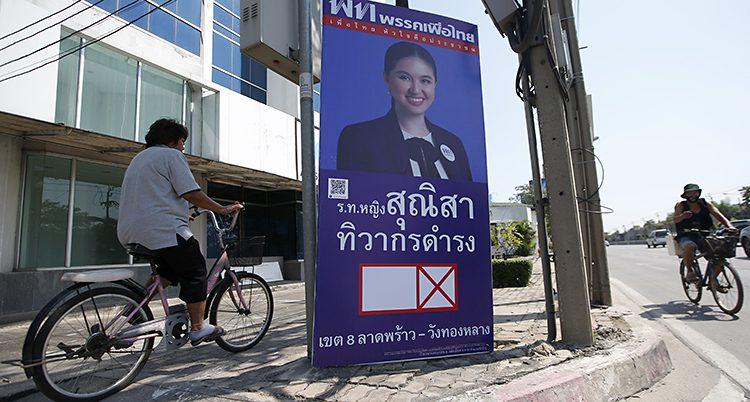 En valaffisch på en gata i Bangkok.
