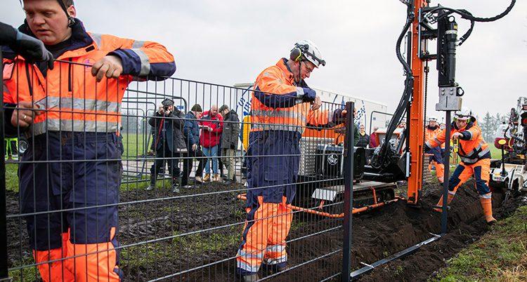 Arbetare bygger ett stängsel.