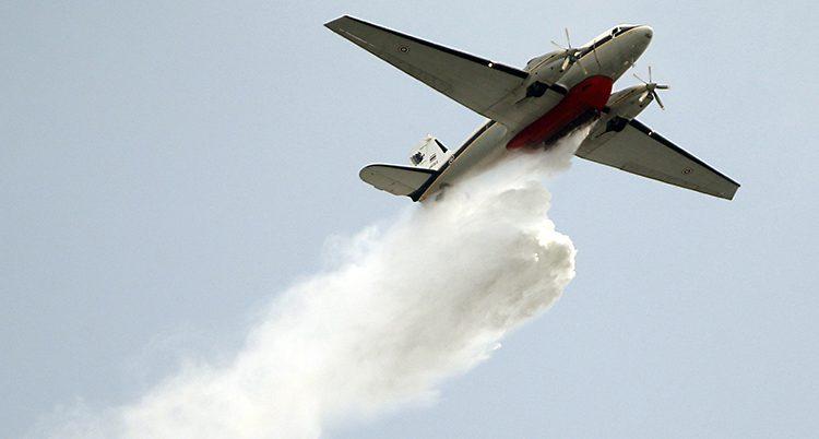 Ett flygplan släpper ut vatten för att rena luften