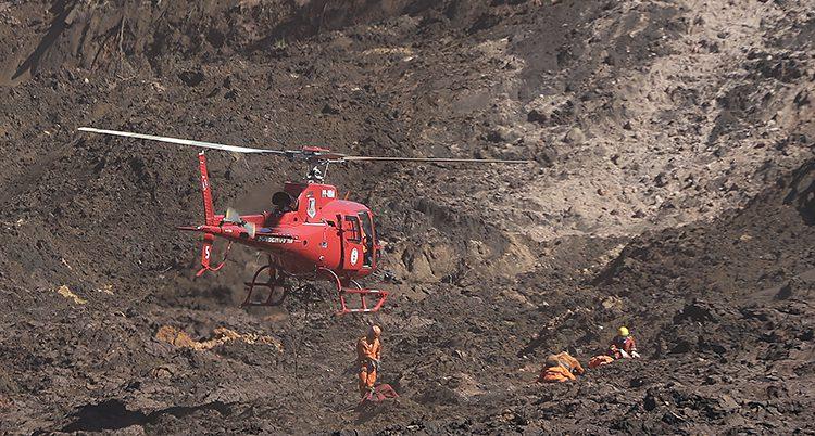 En helikopter vid den rasade dammen