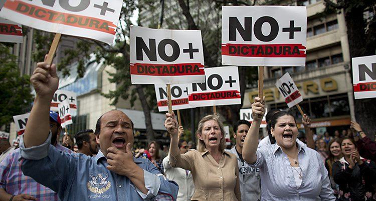Människor protesterar mot Maduro