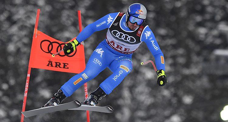Paris mitt i ett hopp. Bakom honom finsn en slalomport där det står Åre.