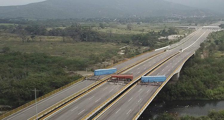 En väg till Venezuela har blockerats