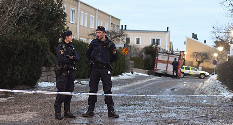 Poliser på plats i Vårberg.