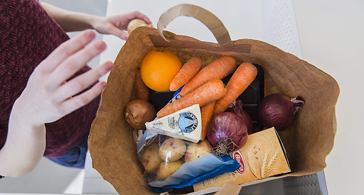 En kasse med mat.