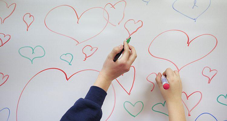 Elever ritar hjärtan.