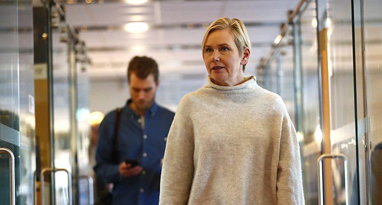 Johansson går i en korridor och ser lite arg ut