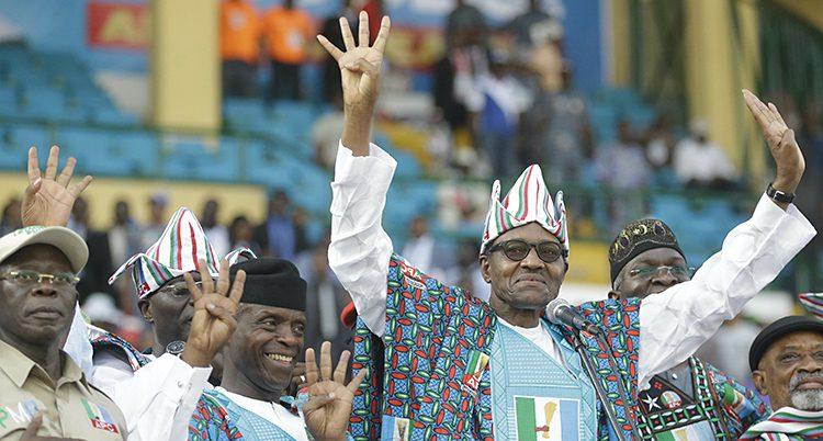 Presidenten ler och håller armarna i luften