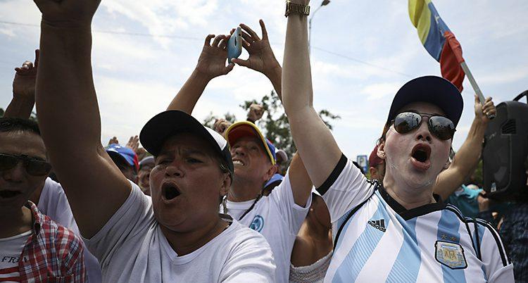 Folk protesterar mot president Maduro