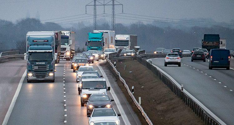 Trafik på en väg i Sverige