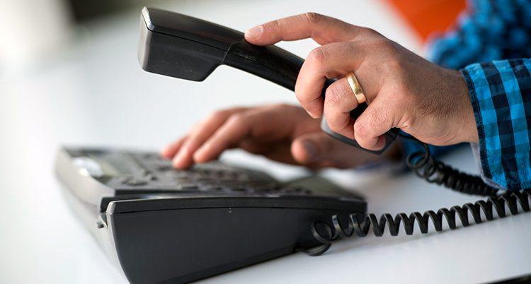 En person ringer.