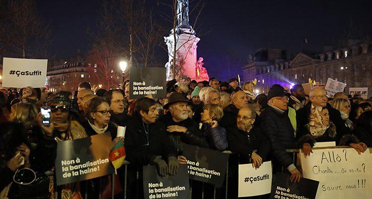 Folk protesterar mot hatbrotten mot judar.