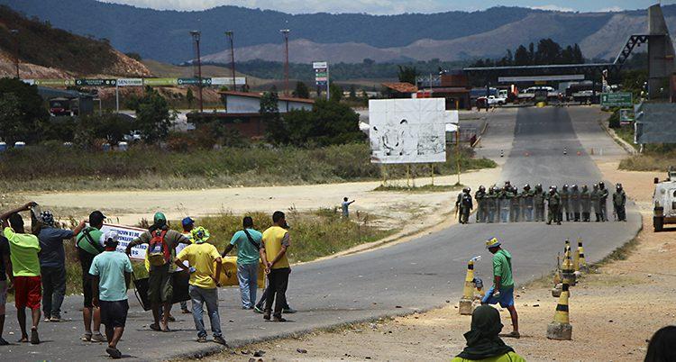 Folk protesterar mot att militärerna stoppar lastbilar