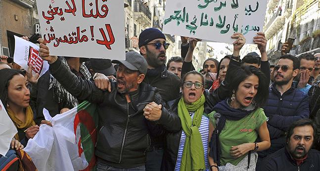 Folk protesterar i Algeriet
