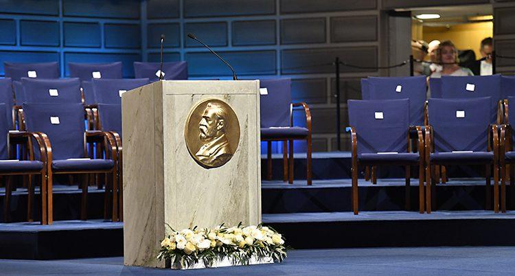 En tom scen med en bild av Alfred Nobel