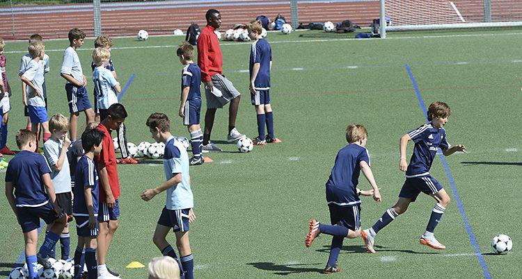 Unga tränar fotboll