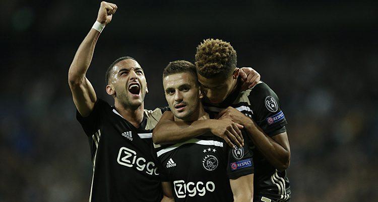 Ajax spelare jublar.