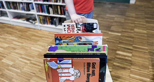 Böcker på ett bibliotek.