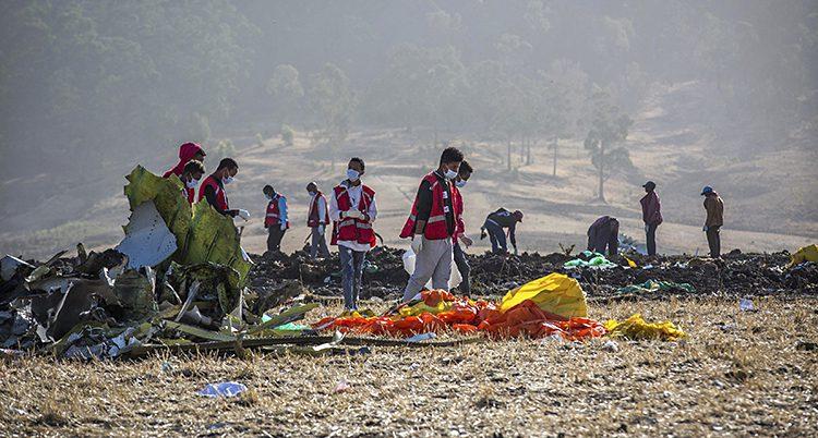 Räddningsarbetare på plats efter kraschen.