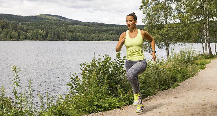 En kvinna tränar löpning.