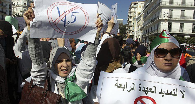 Folk protesterar i Algeriet.