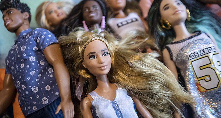 Flera olika Barbie-dockor.