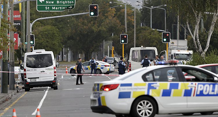 Polisbilar på tvären över en gata