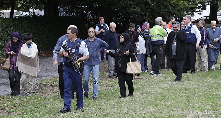 Poliser tar hand om folk efter attacken