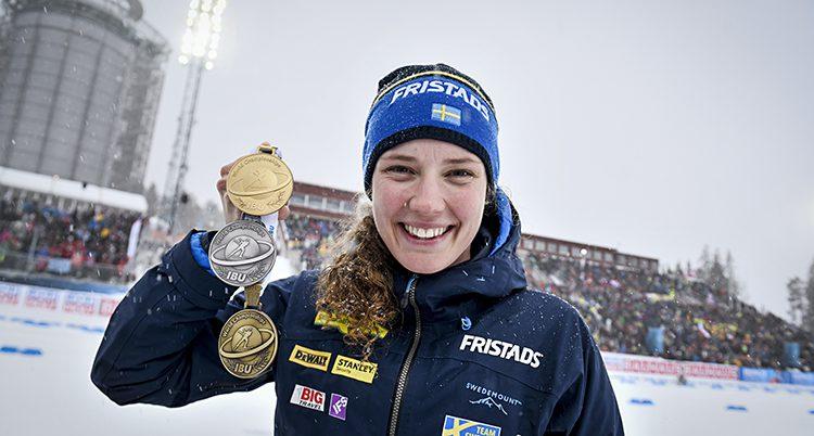 Hanna Öberg visar upp sina medaljer.