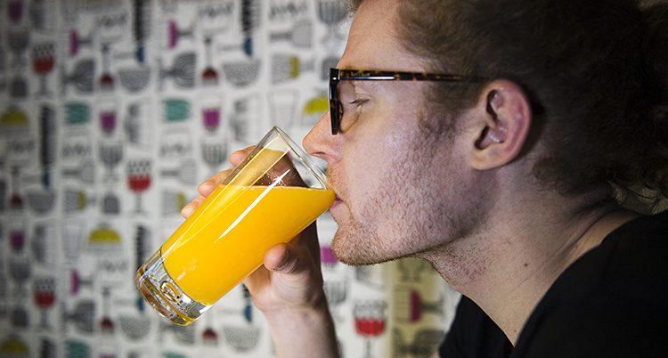 En man dricker juice