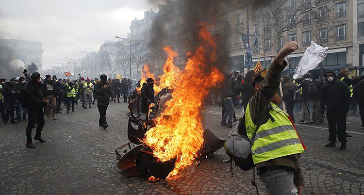 Det brinner på en gata i Paris.