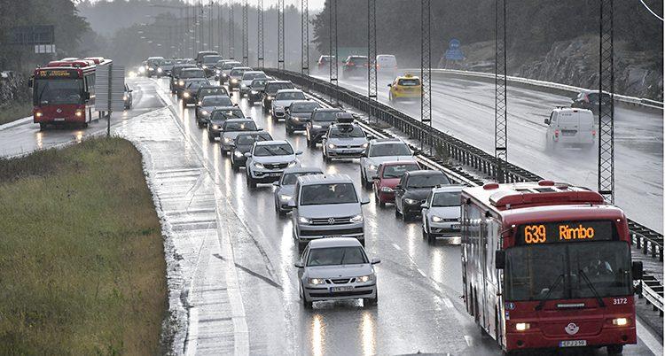 Bilar på en väg nära Stockholm