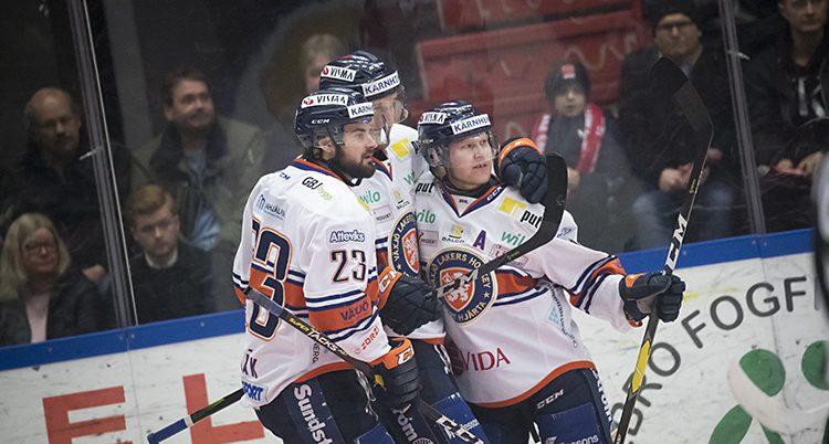 VVäxjös spelare firar ett mål