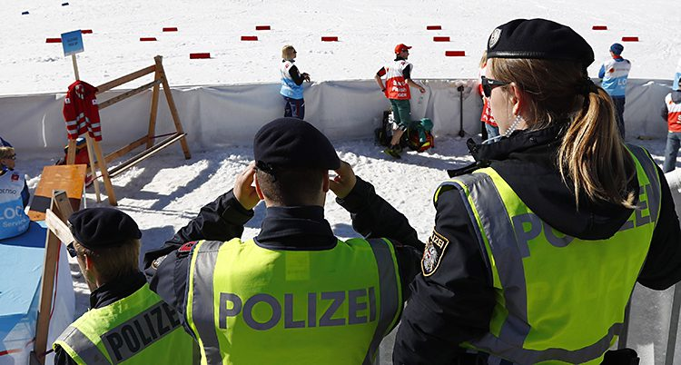 Poliser under skid-VM.