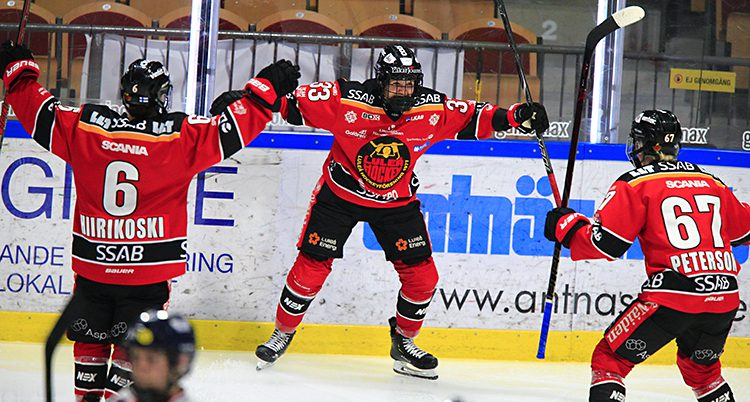 En spelare i Luleå jublar för mål.