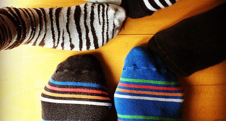 Olika strumpor på föttern