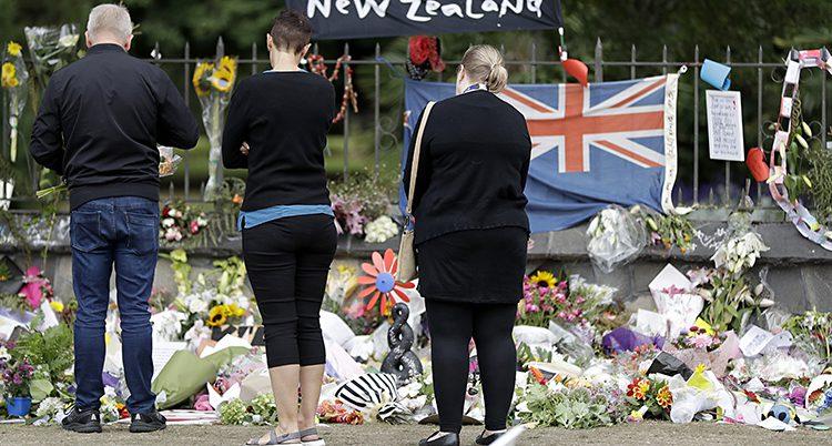 Folk sörjer dem som dödades.