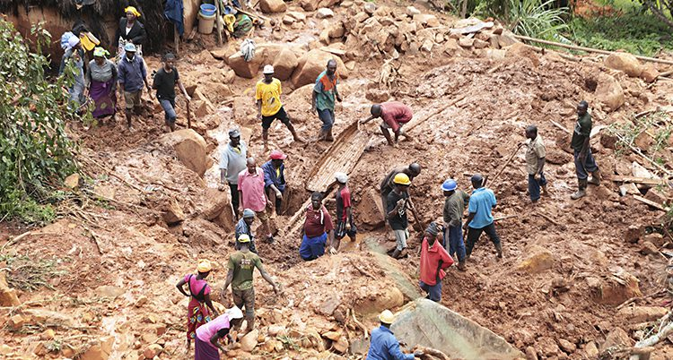 Människor gräver i brun lera