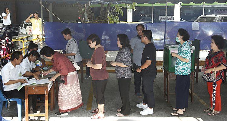Folk i kö för att rösta.